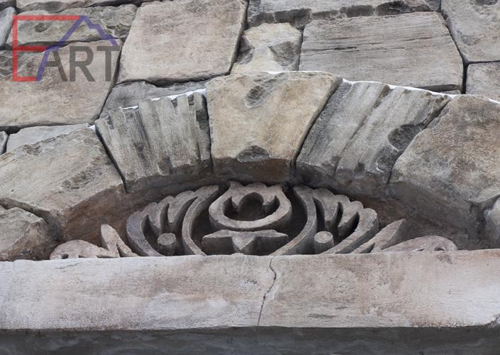 Фрагмент барельефа из архитектурного бетона на фасаде дома