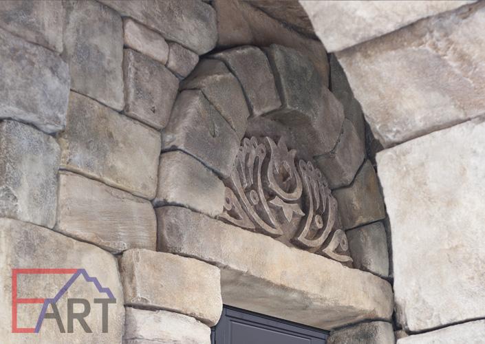 Барельеф на фасаде дома над дверью (г. Видное)