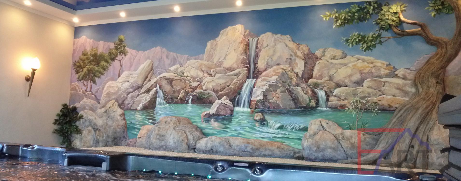 Роспись на стене в спа-комнате: горный пейзаж с водопадом и рекой; барельеф в виде дерева и диких камней.