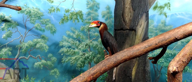 Пейзажная роспись на стене вольера в зоопарке.