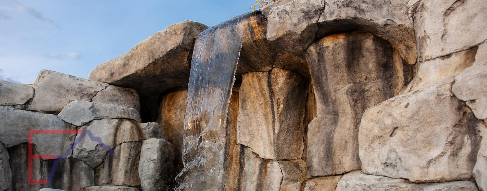 фрагмент искусственного водопада с водой